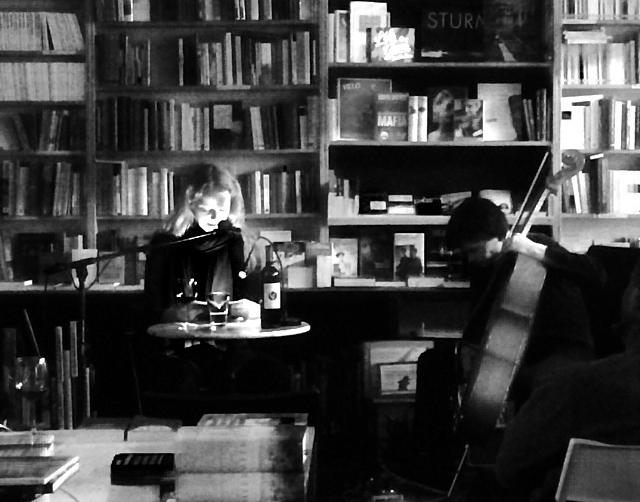 Blickfängerin mit Cello